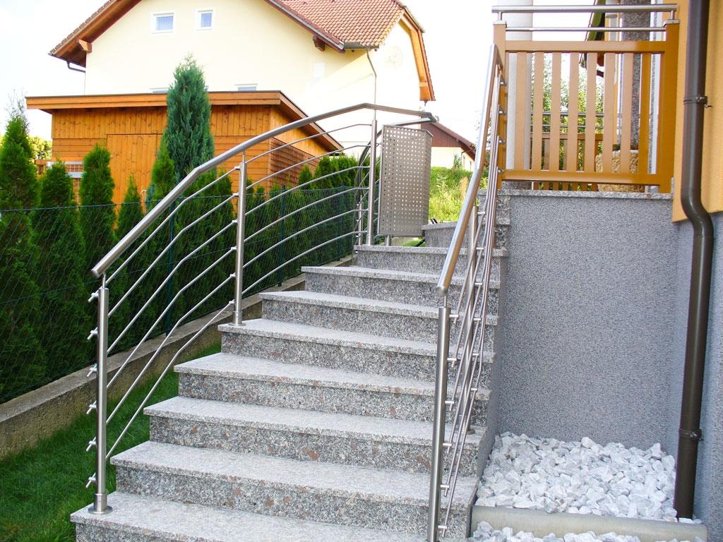 Bochum 05 f | Nirogeländer bei Eingangstiege mit waagrechten gekrümmten Edelstahl-Stangen | Svoboda