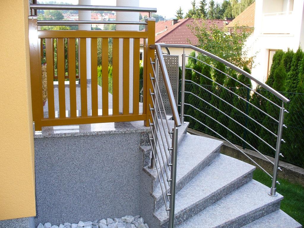 Bochum 05 g | Stiegengeländer auf Treppen aufgesetzt mit waagrechten Nirosta-Sprossen | Svoboda