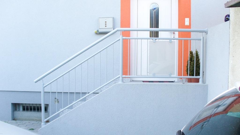Bregenz 03 | Rundrohrgeländer bei Eingang aus Alu grau mit Mattglas und vertikalen Stäben | Svoboda