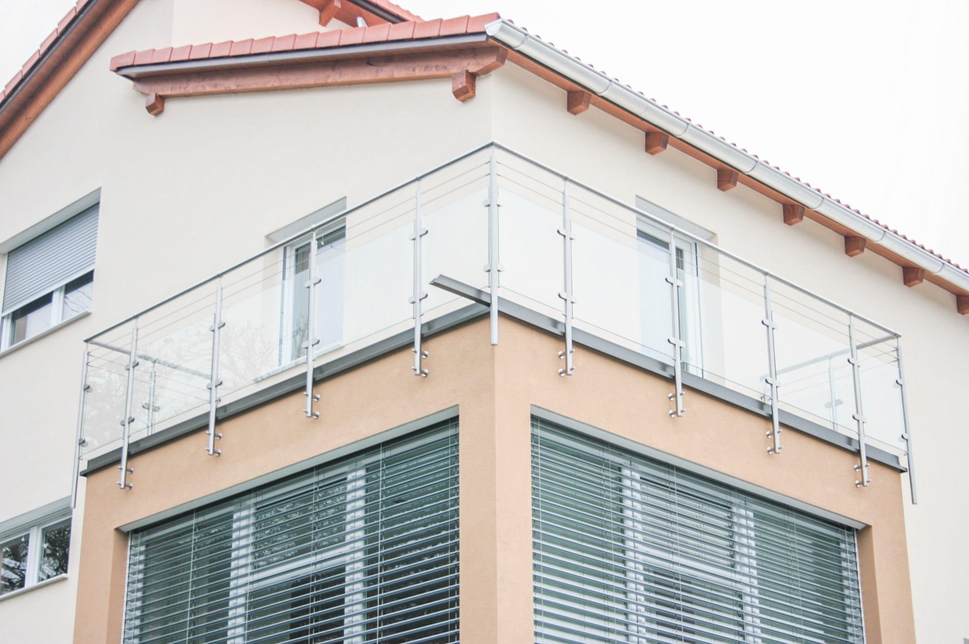 Bremen 08 a | Edelstahl-Klarglas-Balkon, 2 Niro-Seile, stirnseitig auf Hausmauer montiert | Svoboda