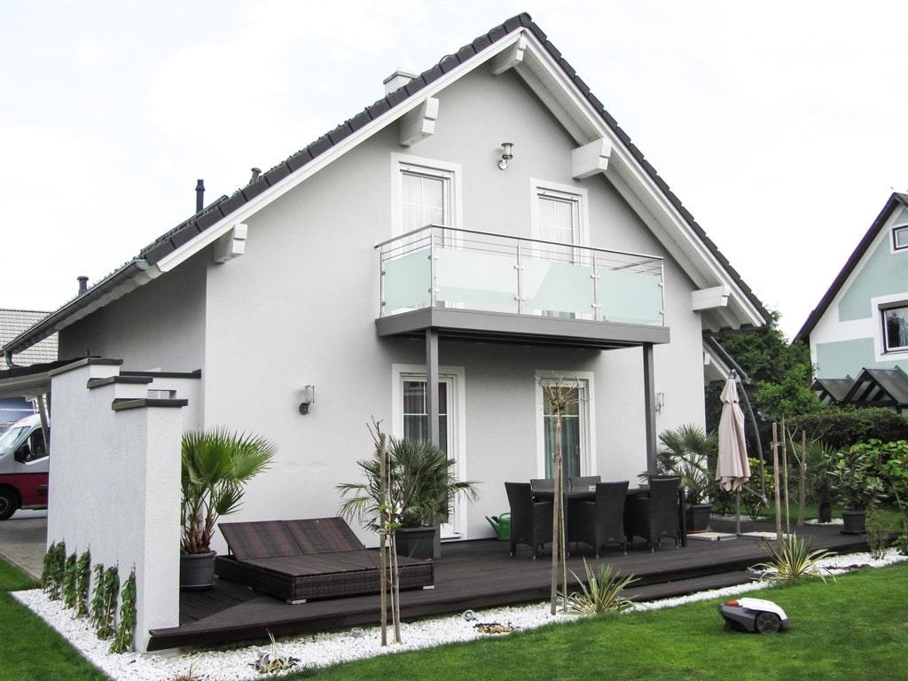 Bremen 58 a | Modernes Einfamilienhaus grau-weiss mit Satteldach und Niro-Glas-Balkon | Svoboda