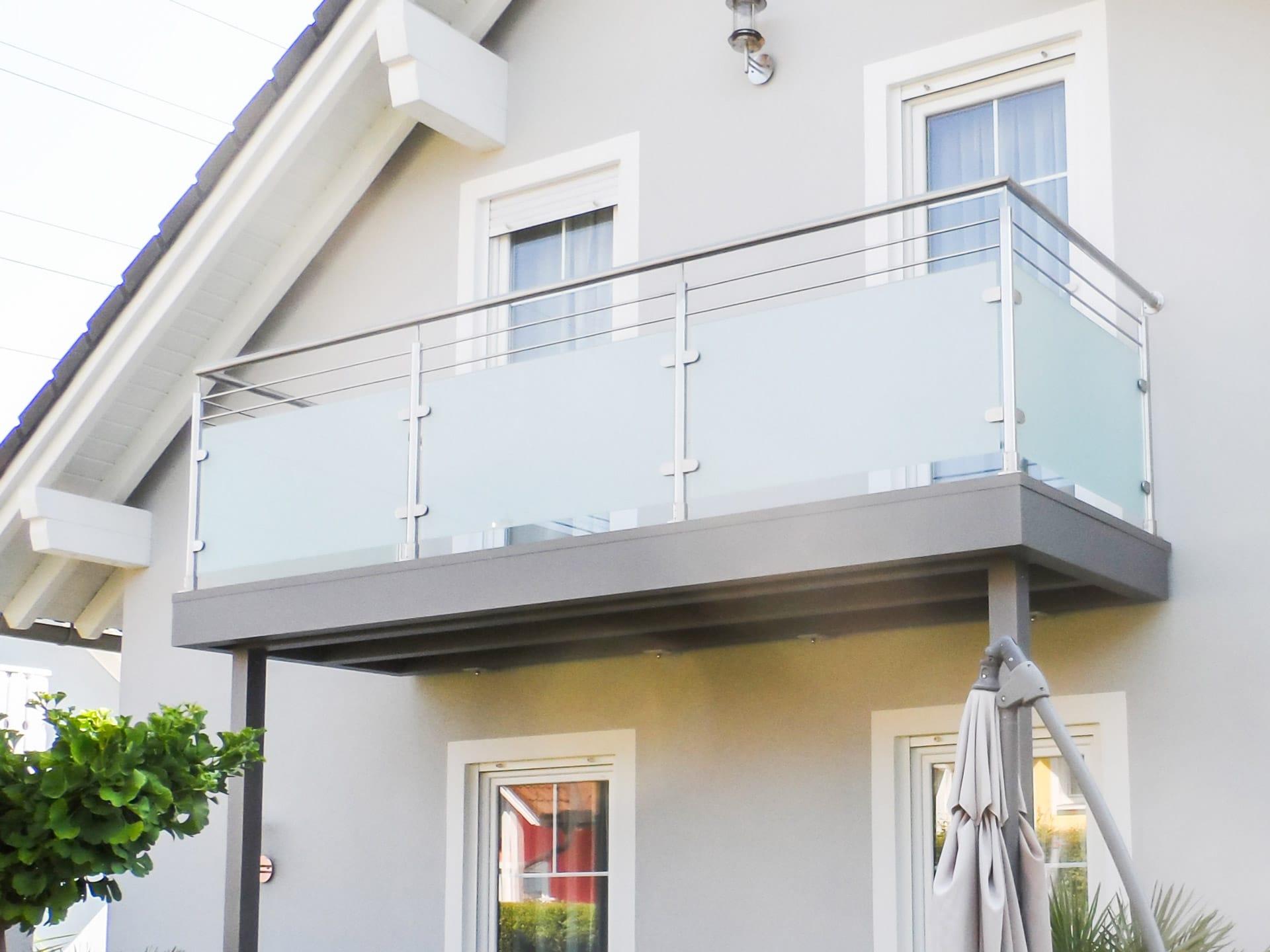 Bremen 58 b | Balkongeländer aus Edelstahl mit blickdichtem Glas, 2 waagrechte Niro-Stäbe | Svoboda