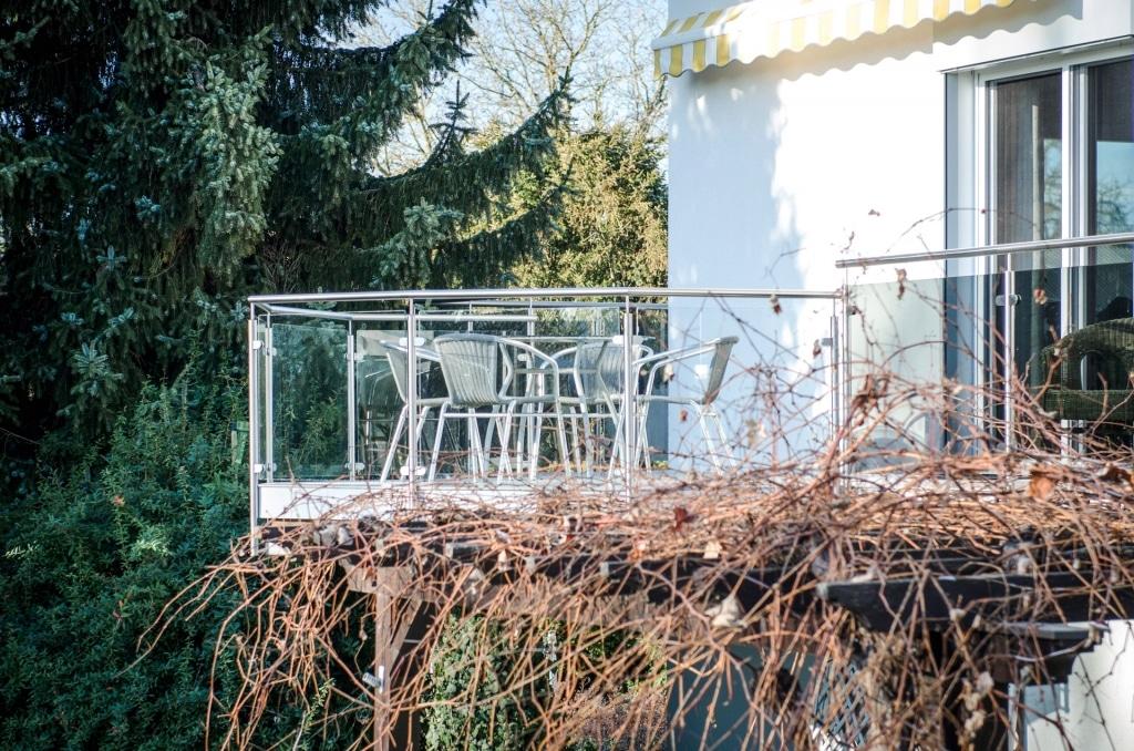 Bremen 62 a | Edelstahlterrassengeländer im Außenbereich mit klarer Glasscheibe gefüllt | Svoboda