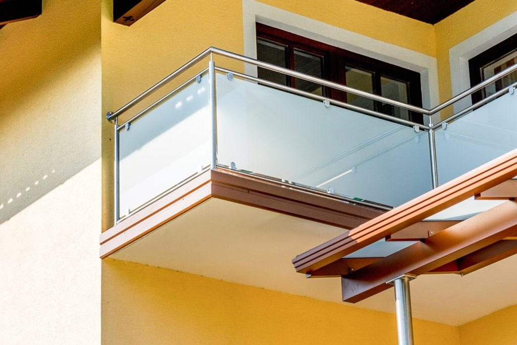 Bremen 69 a | Edelstahl-Glas-Balkon mit blickdichtem Glas, braune Aluminium-Verblendung | Svoboda