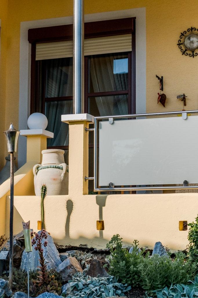 Bremen 69 c | Geländer-Felder Niro-Mattglas auf Mauerstehern seitlich befestigt | Svoboda Metall