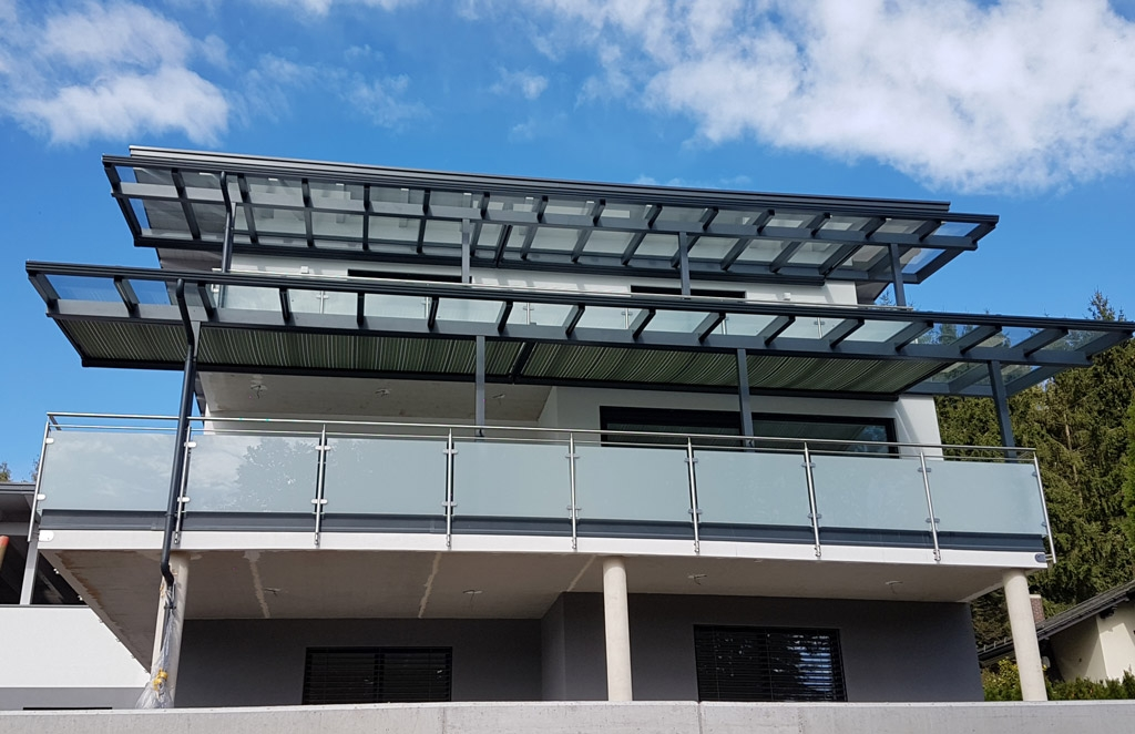 Bremen 72 a   stirnseitiger Glas-Balkon mit Edelstahl auf stirnseite montiert mit Mattglas   Svoboda