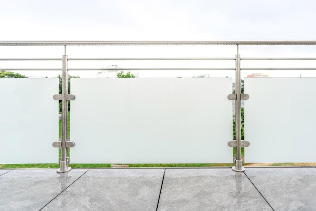 Bremen 76 a | Edelstahl-Glas-Balkon auf Bodenfliesen aufgesetzt montiert | Svoboda Metalltechnik