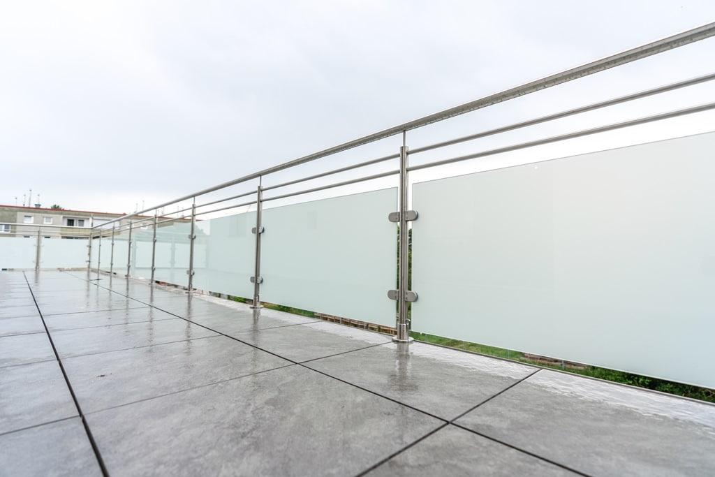 Bremen 76 c | Balkon aus Niro mit Glas blickdicht, 2 Niro-Stäben waagrecht, Aufsatzmontage | Svoboda
