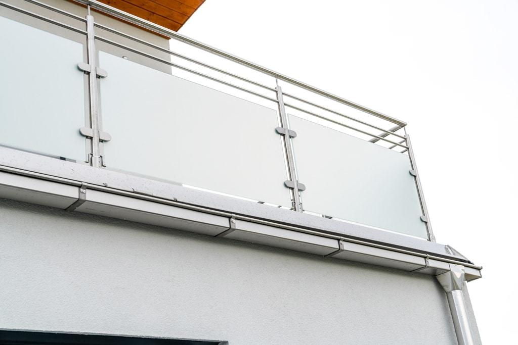 Bremen 76 d | Nirogeländer mit matter Glasscheibe auf Terrasse mit 2 waagrechten Stangen | Svoboda