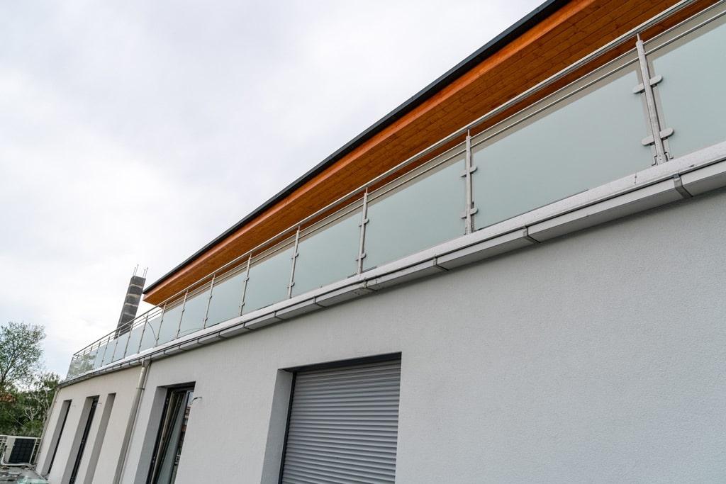 Bremen 76 e | Edelstahl-Mattglas-Terrassengeländer, 17 Feldern aufgesetzt montiert | Svoboda
