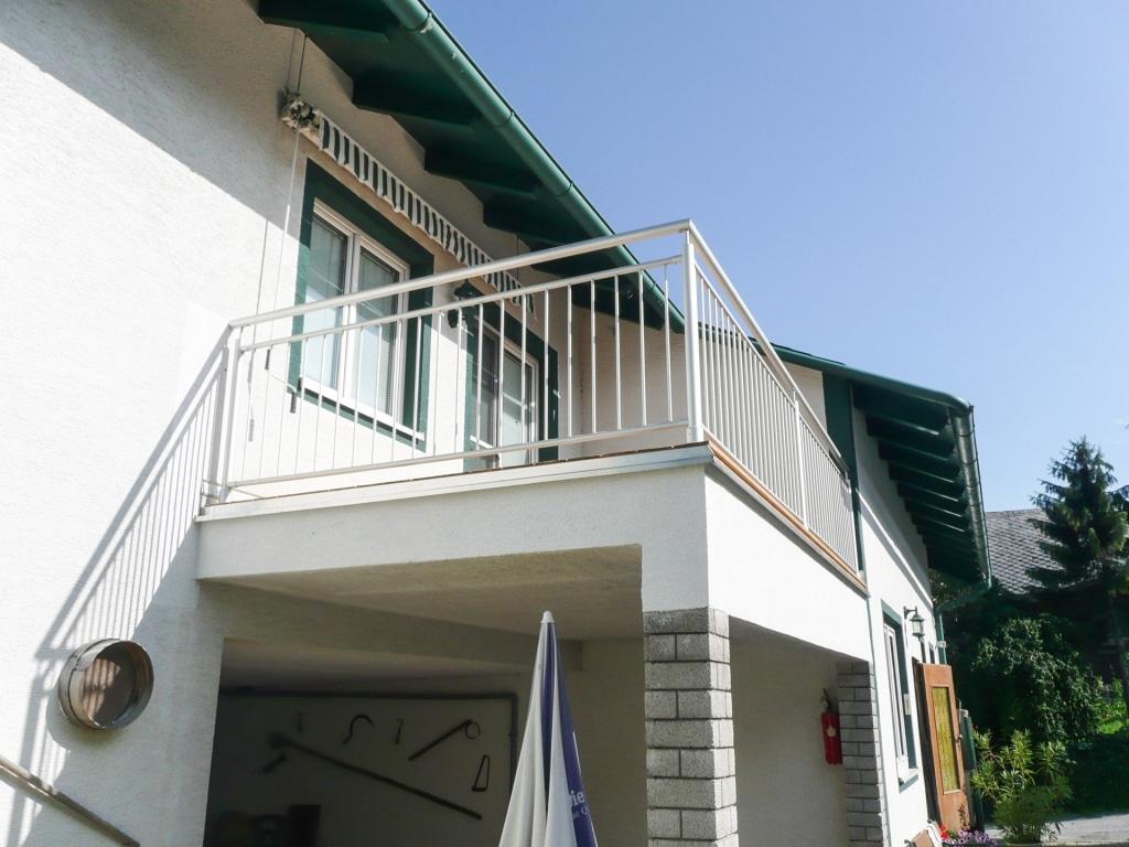 Dornbirn 01 | Aluminium-Rundrohr-Balkon-Geländer mit vertikalen Stäben, grau beschichtet | Svoboda
