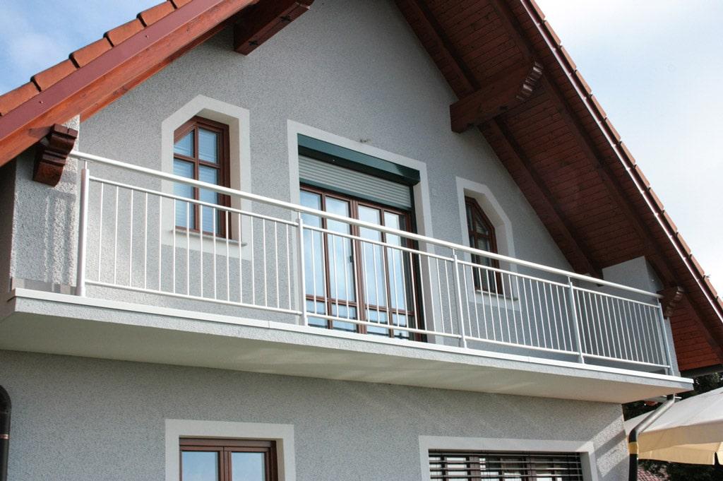 Dornbirn 03 | grauer Aluminiumbalkon aus Rundrohr-Stäben auf Bodenplatte aufgesetzt | Svoboda