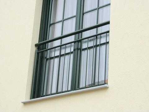 Dornbirn 04 b | Französischer Balkon aus Aluminium bei Fenstertüren, senkrechte Stäbe grün | Svoboda