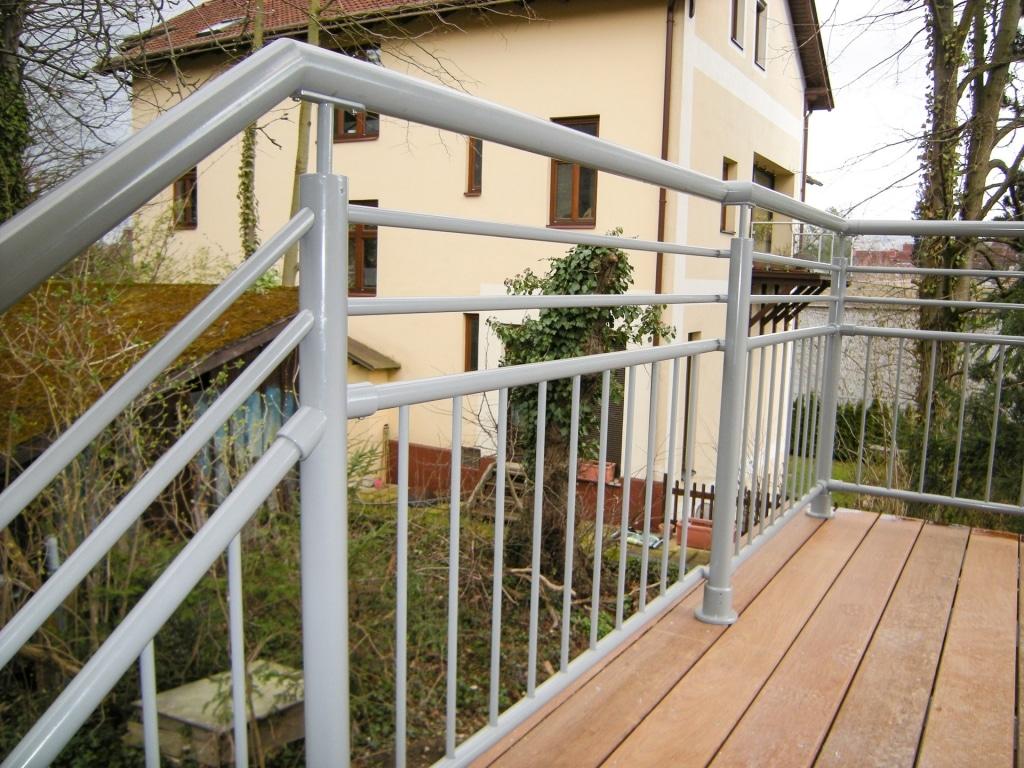 Dornbirn 11 | Alu-Rundrohr-Geländer grau beschichtet auf Holz-Terrasse aufgesetzt montiert | Svoboda