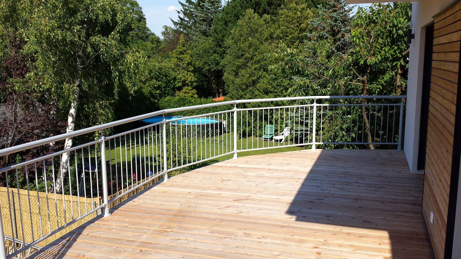 Dornbirn 12 | aufgesetztes Terrassengeländer aus Rundrohr-Aluminium grau, senkrechte Stäbe | Svoboda
