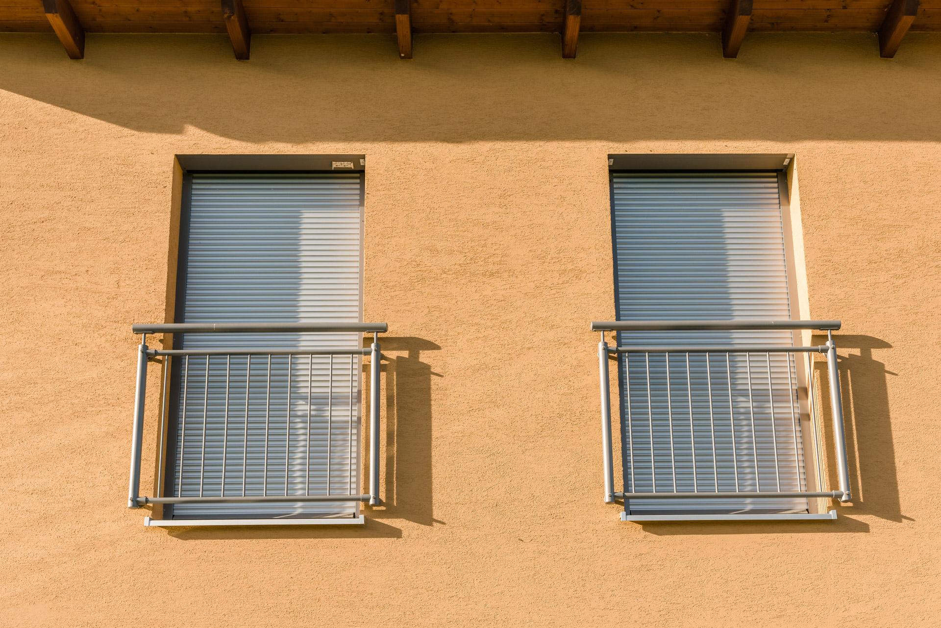 Dornbirn 14 | Französisches Geländer aus vertikalen grauen Alu-Sprossen bei Fenstertüren | Svoboda