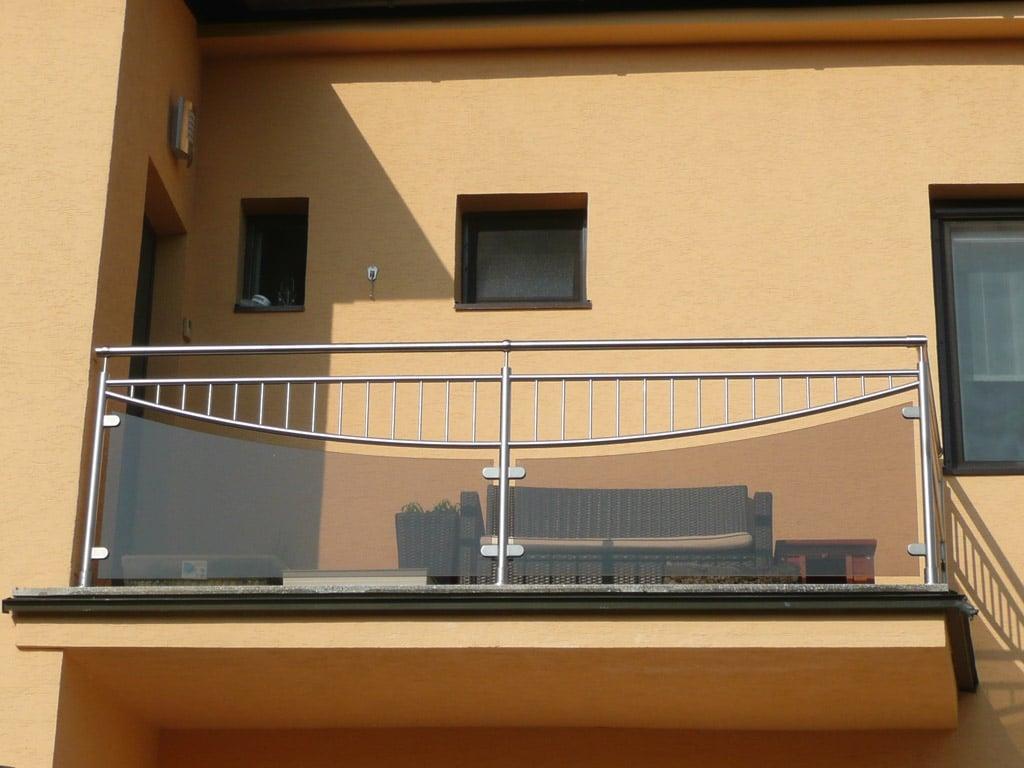 Dresden 07 a | Edelstahl-Geländer mit dunklem Grauglas, Halbkreisdekor mit Stäben vertikal | Svoboda