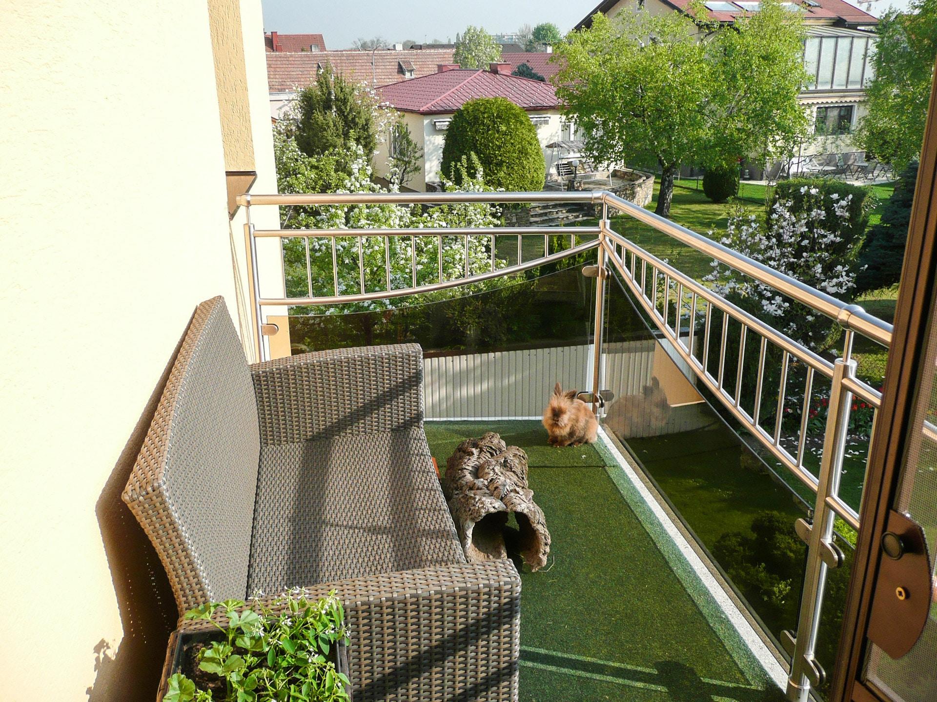Dresden 07 c | Nirosta-Balkon mit Halbkreis-Niro-Dekor senkrechte Stäbe, Grauglas-Füllung | Svoboda
