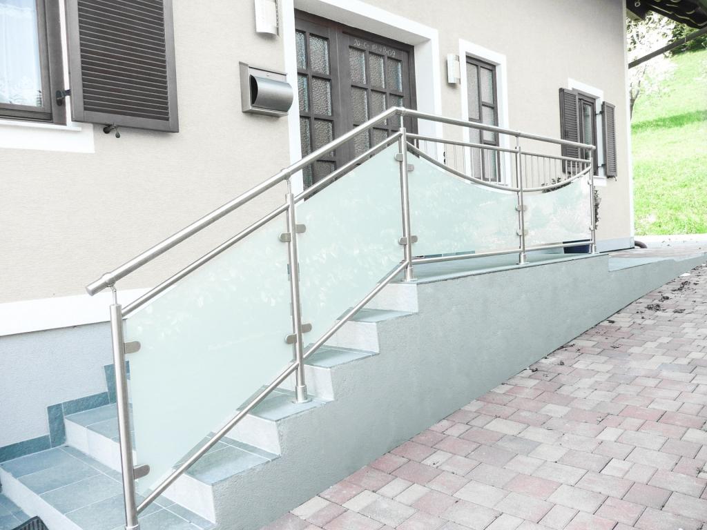 Desden 08 b | Stiegengeländer Edelstahl-Glas matte Folie mit Stab-Dekor bei Außentreppe | Svoboda
