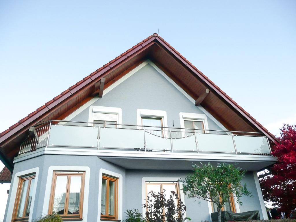 Dresden 11   Edelstahl-Balkon mit Glas matte Folie, Stab-Dekor, weiße Alu-Blende   Svoboda Metall