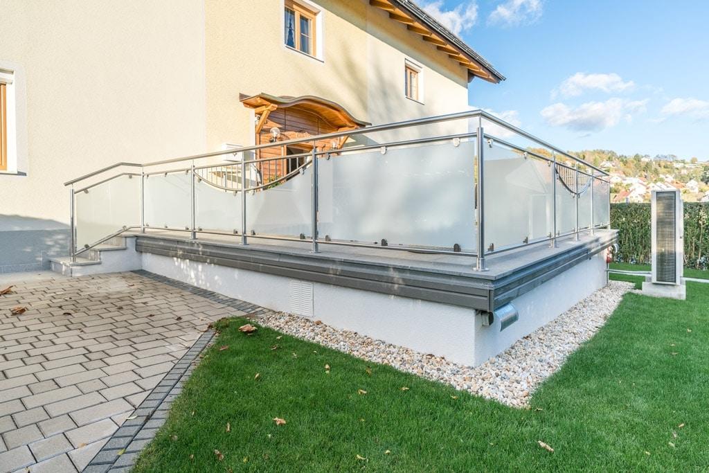 Dresden 14 c | Edelstahl-Glas-Geländer bei Terrasse, Halbkreis-Dekor mit vertikalen Stäben | Svoboda