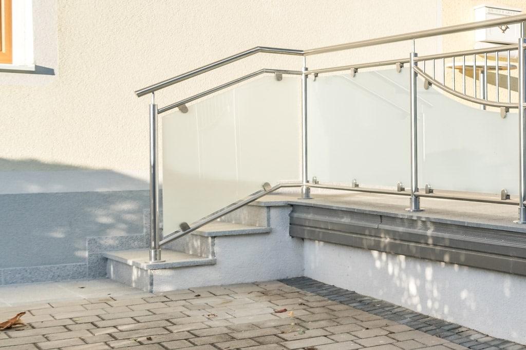 Dresden 14 c | Stiegengeländer bei Außenstiege aus Nirosta-Rahmen mit Mattglas-Füllung | Svoboda