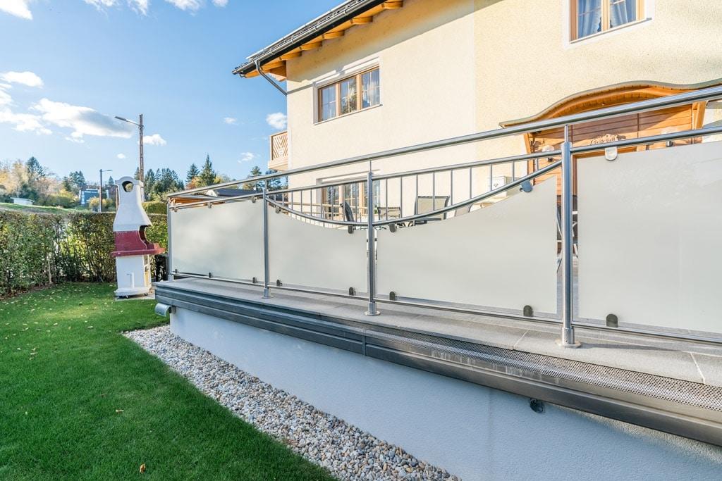 Dresden 14 d | Geländer bei Terrasse aus Edelstahl auf Boden montiert, mattes Glas & Stäbe | Svoboda