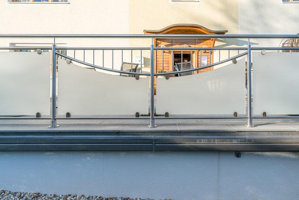 Dresden 14 e | Geländer aus Nirosta-Edelstahl mit Stab-Dekor und Mattglas, Aufsatzmontage | Svoboda