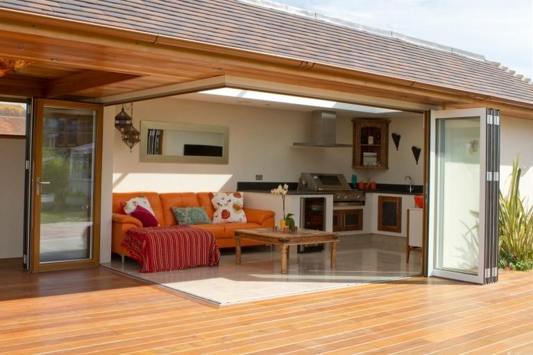 Faltwand 02 | Geöffnete Faltwände mit Alurahmen braun-weiß bei Terrassen Outdoor Küche | Svoboda