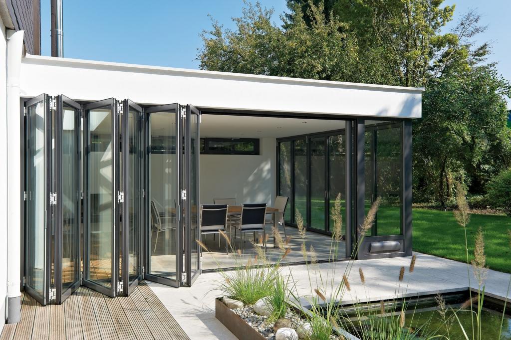 Faltwand 02 a | Wohnterrasse mit Ziehharmonika-Verglasung mit Rahmen, in Garten halb offen | Svoboda
