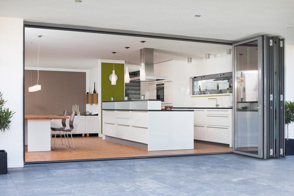 Faltwand 05 b | geöffnet bei moderner Küche mit grauen Alu-Rahmen | Svoboda Metalltechnik