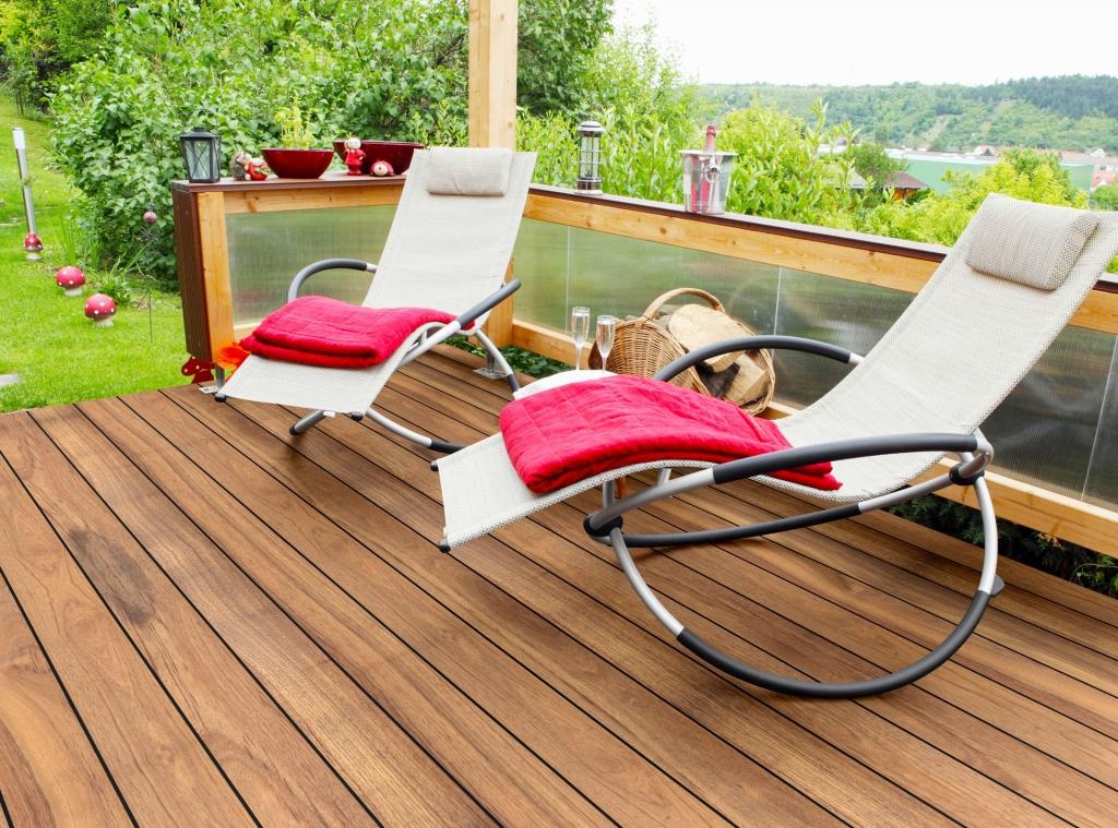Fano IPE 145 mm glatt natur Echtholzboden bei Terrasse unter Schaugelstühlen | Svoboda Metalltechnik