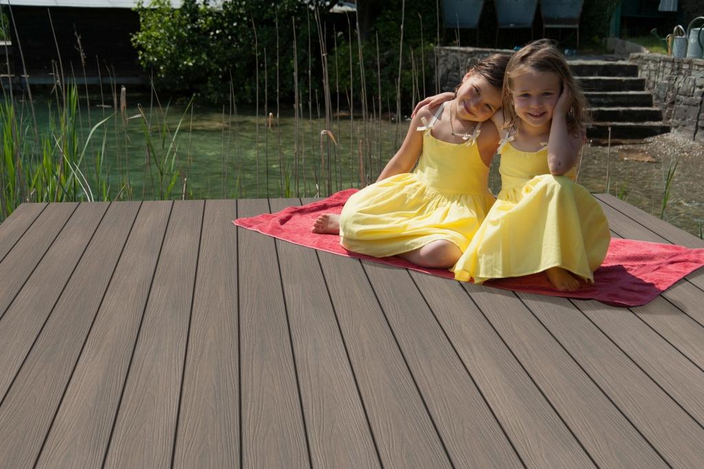 Fano Ultrashield Antik | 2 Mädchen sitzen auf braunen WPC Outdoorboden bei Teichsteg | Svoboda