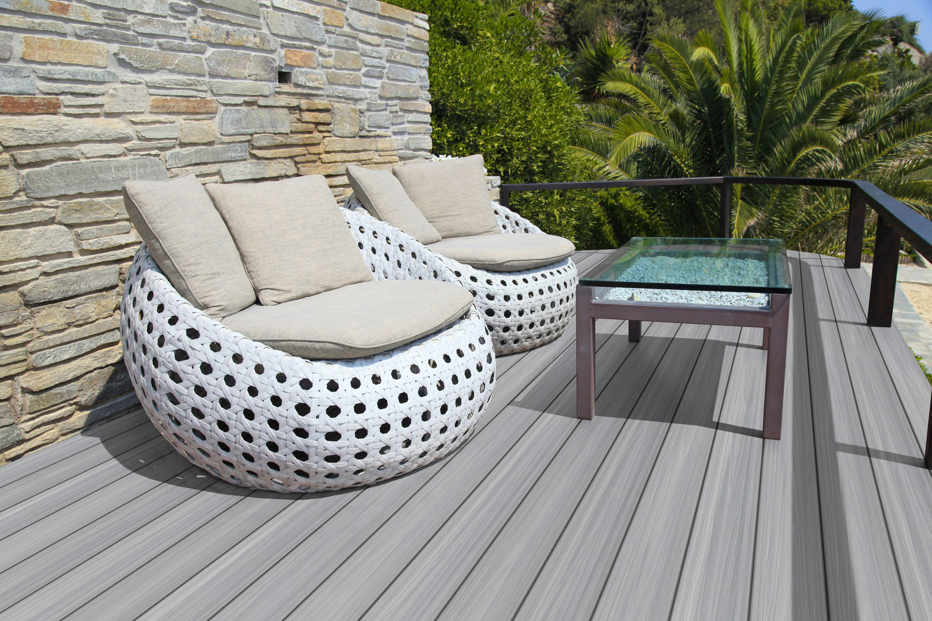 Fano Ultrashield Rauchweiß | Sitzsäcke und Tisch auf hellgrauen WPC Boden Dielen bei Terrasse | Svoboda
