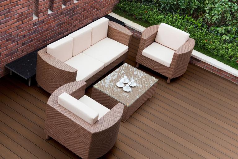 Fano Ultrashield Teak | Korb-Sitzgarnitur mit Kaffeetisch auf braunem WPC Terrassenboden | Svoboda