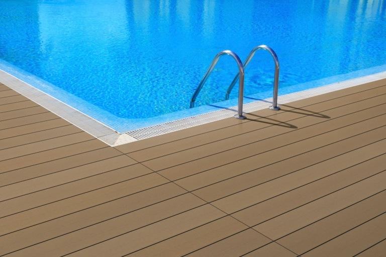 Fano WPC 25 | Bernstein glatt | WPC-Bodenbelag bei Pool in hellbraun, Outdoor-Boden | Svoboda