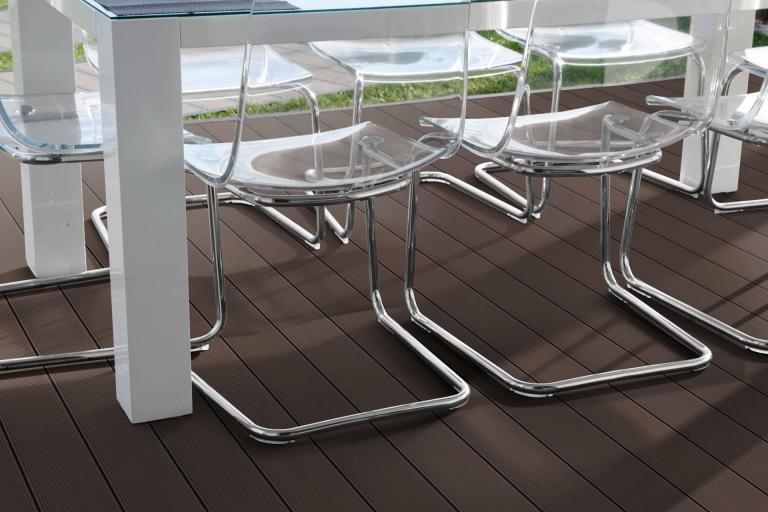 Fano WPC 25 | Erdbraun gerillt | Bodendielen bei Terrasse braun mit Rillen unter Esstisch | Svoboda