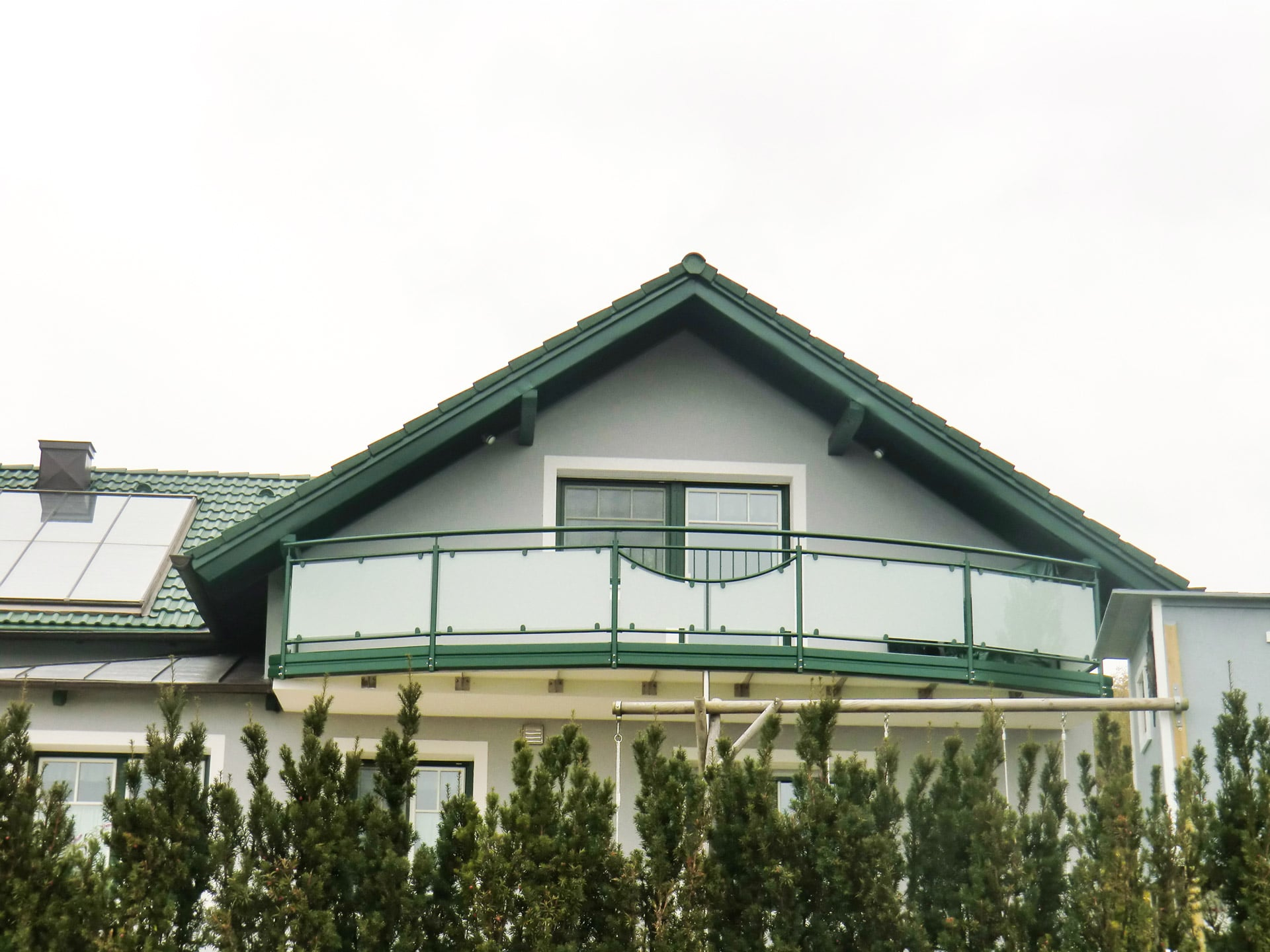 Feldkirch 01 | Aluminium-Balkon mit Glasfüllung matt, stirnseitig montiert, Blende, grün | Svoboda