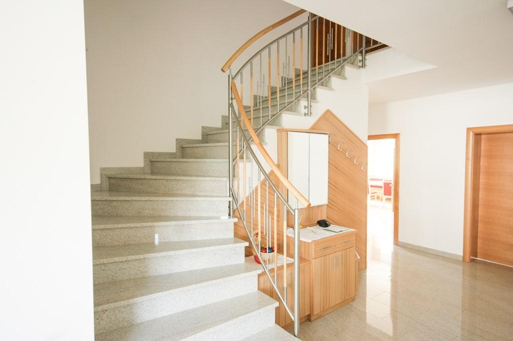 Florenz 02 d   gebogenes Edelstahl-Holz-Stab-Geländer bei Stiegenaufgang stirnseitig   Svoboda