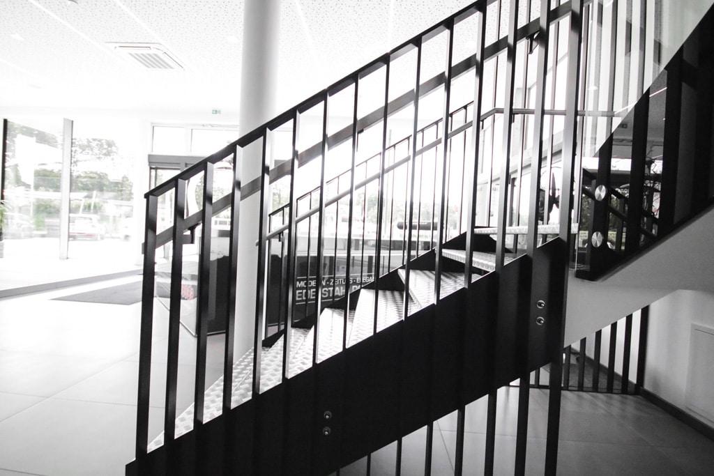 Genua 01 c | modernes Geländer bei Treppe innen aus flachen Aluminium-Profilen schwarz | Svoboda