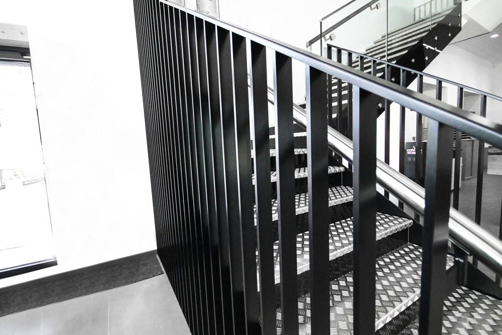 Genua 01 c | modernes Stiegengeländer aus Flachstab-Aluminium schwarz pulverbeschichtet | Svoboda