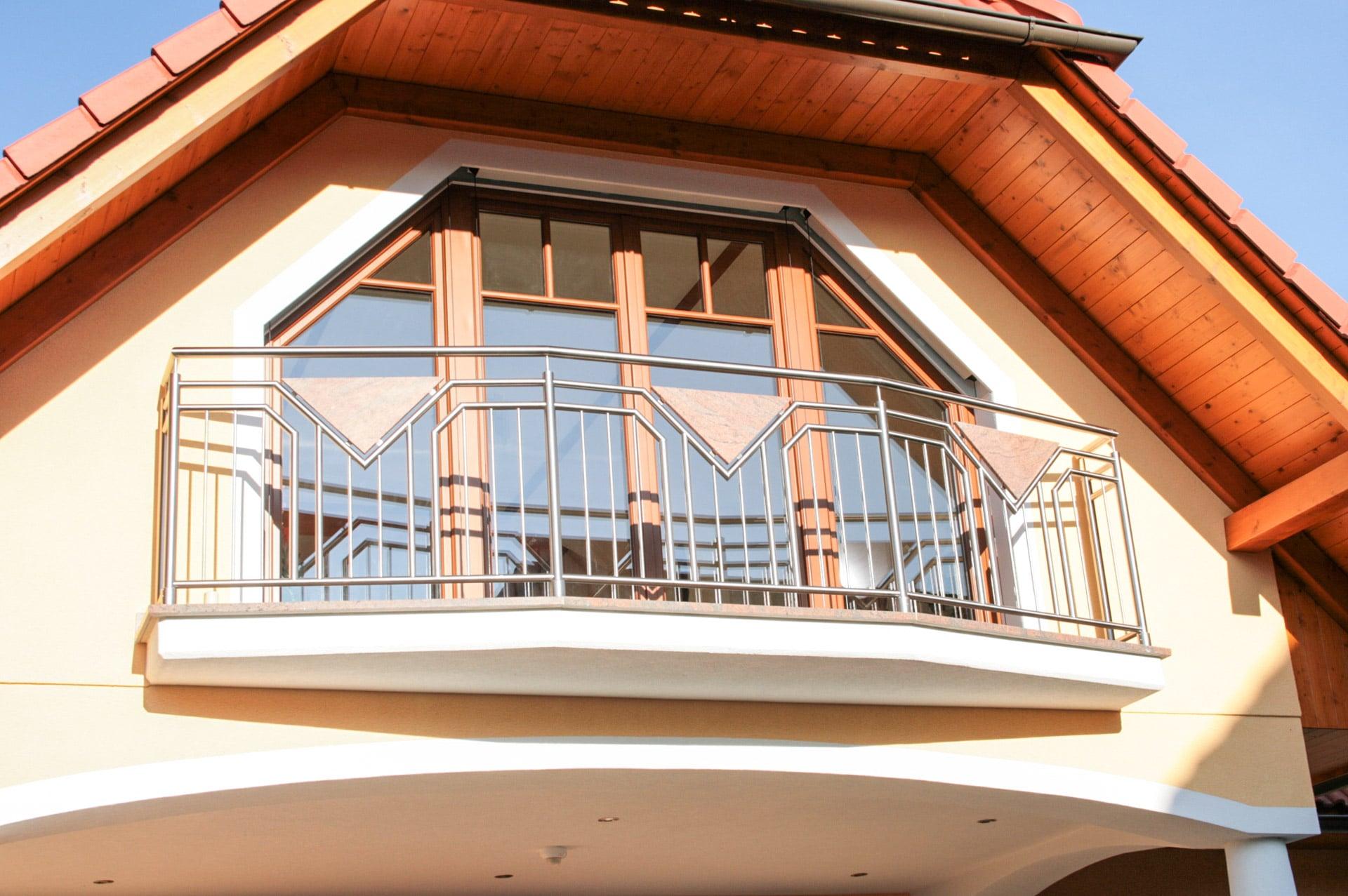 Hamburg 01 a | Aufgesetzt montierter Nirosta-Stab-Balkon mit dreieckiger Steinplatte braun | Svoboda