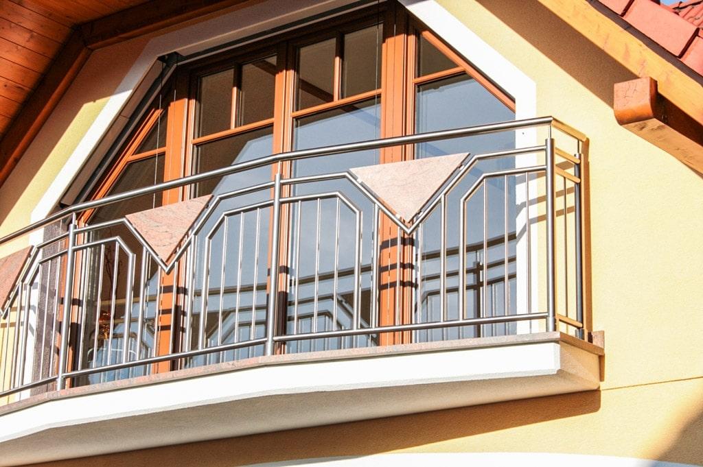 Hamburg 01 c | Balkon aus vertikalen Edelstahl-Stäben mit Stein-Platte dreieckig braun | Svoboda