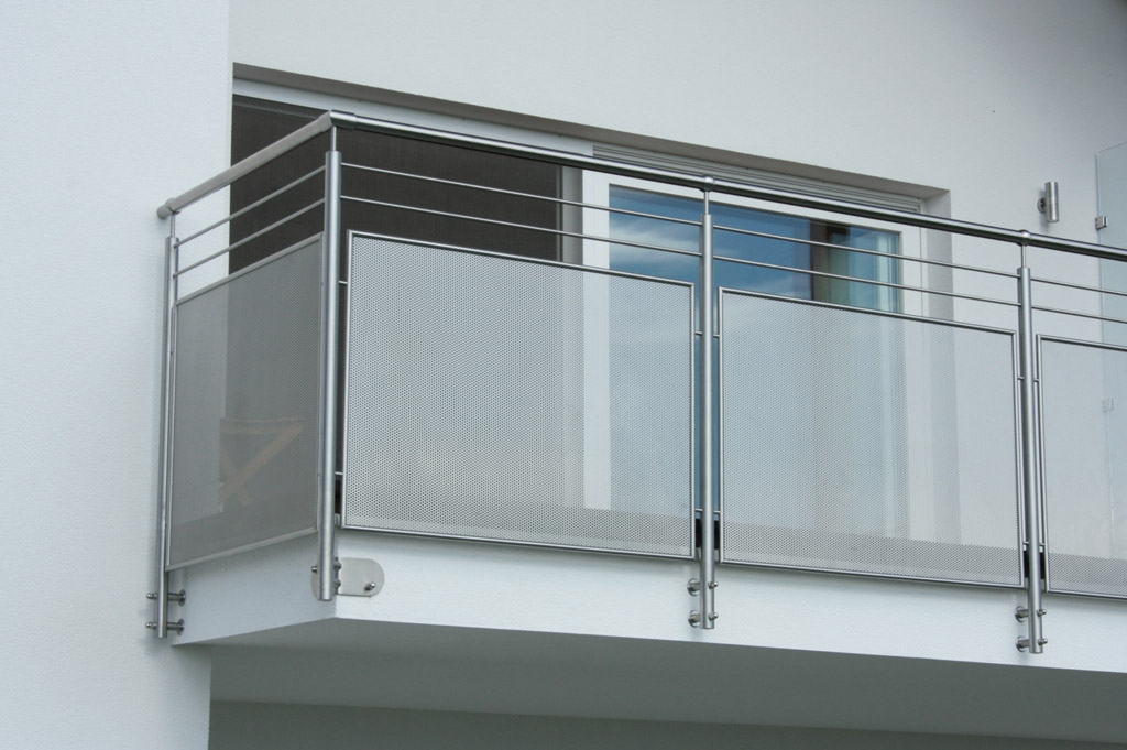 Hannover 02 c   Balkon Außengeländer aus gelochtem Blech, 2 Sprossen, stirnseitig montiert   Svoboda