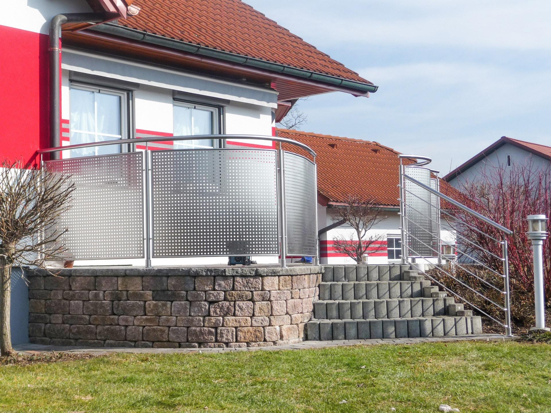 Hannover 03 a | Außengeländer aufgesetzt aus Nirosta Stahl mit gelochtem Blech & Sprossen | Svoboda