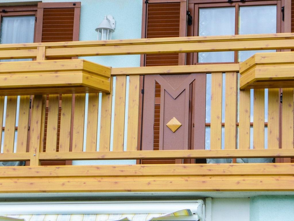 Kapfenberg 01 H d | Alu Balkon in Holz-Maserung mit Astlöchern, dunkelbraunes Blechdekor | Svoboda