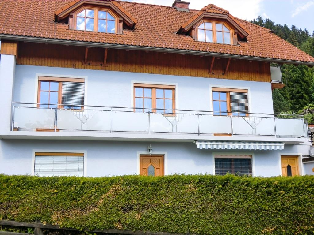Karlsruhe 01 c   Balkon aus rostfreiem Stahl, Dreick-Stab Dekor, Stein-Platte, Mattglas   Svoboda