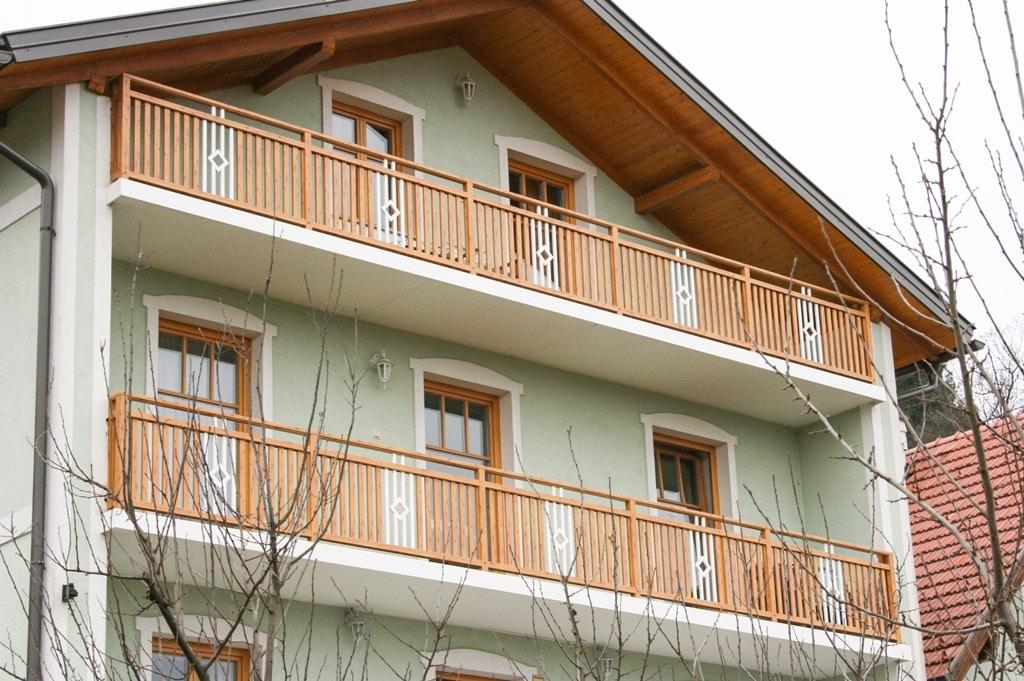 Klosterneuburg 02 H a   Alugeländer bei Balkon mit Kiefer Holz-Maserung & weiß beschichtet   Svoboda