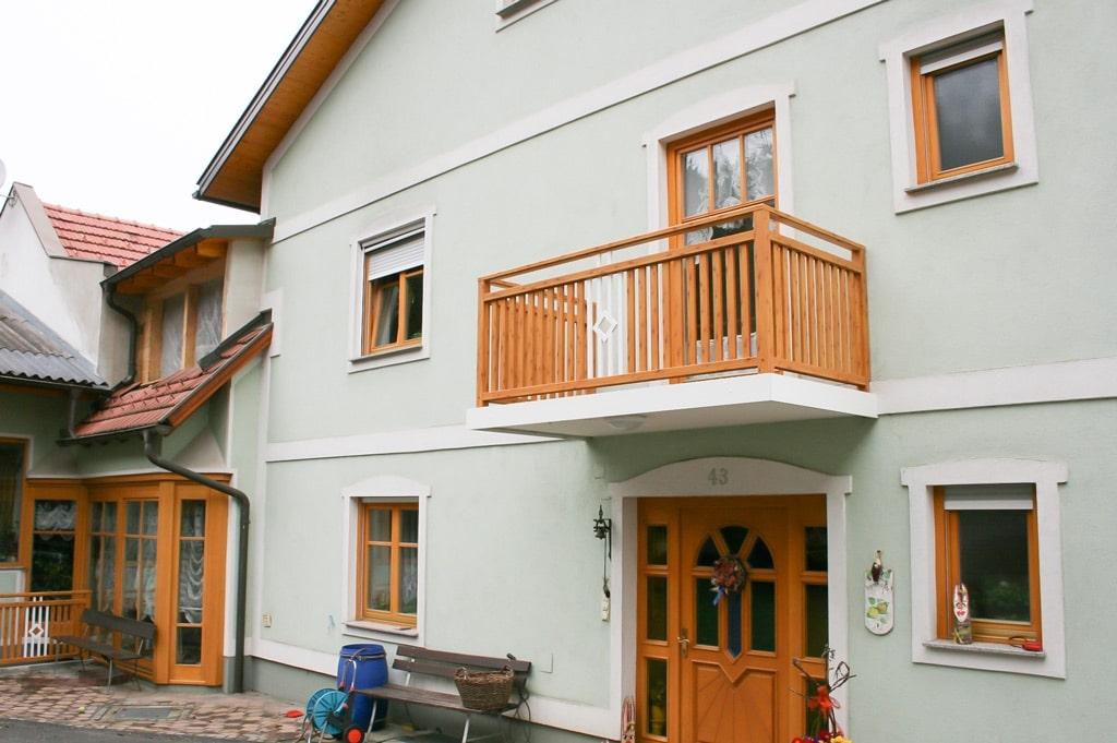 Klosterneuburg 01 H d   Außengeländer mit Alu-Latten beschichtet Kiefer -Optik und weiß   Svoboda
