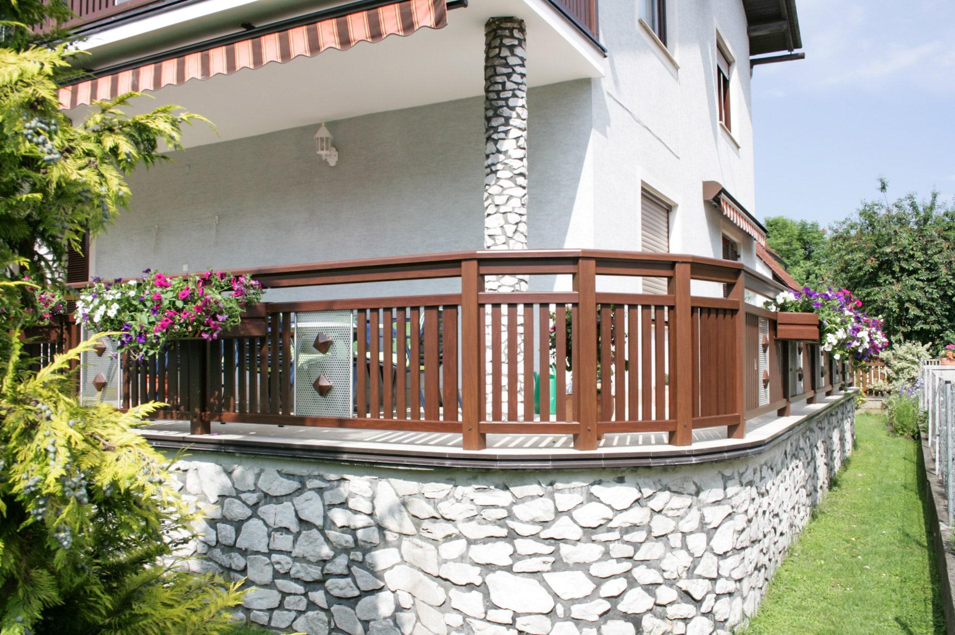 Krieglach 04 H b | Terrassengländer aus Aluminium-Latten braun, Edelstahl-Lochblech mittig | Svoboda